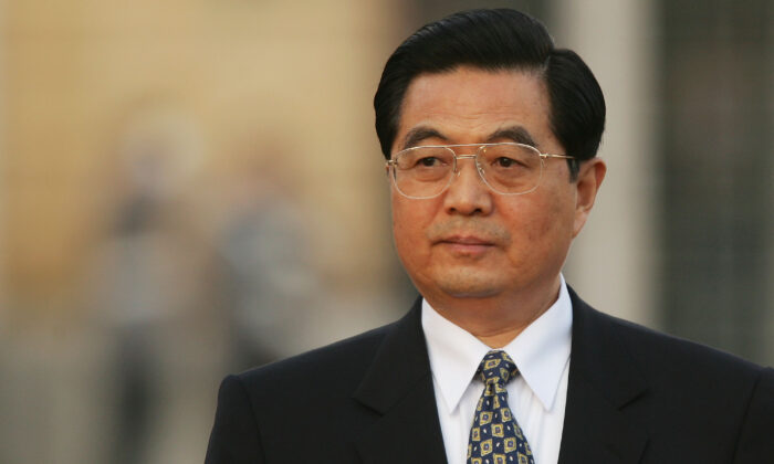 Chinese leader Hu Jintao arrives at Charlottenburg Palace in Berlin, Germany, Nov. 10, 2005. (Sean Gallup/Getty Images)