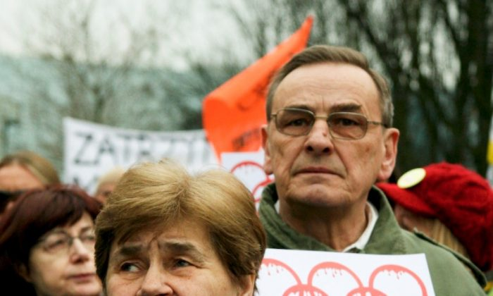 Zbigniew Romaszewski, Assistant Speaker of the Polish Senate and perennial Human Rights activist, with his wife Zofia, also a famed Polish Solidarity activist, at a rally supporting Tibet in front of the Chinese Embassy in Warsaw on March 16, 2008 (Jan Jekielek/The Epoch Times)