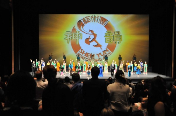 Audiences members give a curtain-call standing ovation to Shen Yun performers at the Sunday evening performance at Calgary's Southern Alberta Jubilee Auditorium. (Jerry Wu/The Epoch Times)