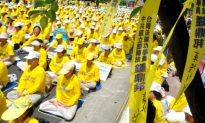 Taiwan Falun Dafa Practitioners Meditate in Front of Presidential Palace