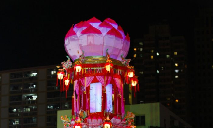 A gorgeous, tall lantern topped by a lotus flower at the Lantern Festival in Hong Kong in 2012. (Pan Zaishu/The Epoch Times)