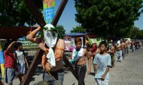 Crucifixion Re-Enactment in Philippines Draws Thousands