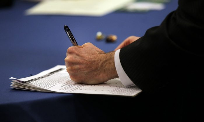 Job seekers attend career fair in New York City. (Spencer Platt/Getty Images)
