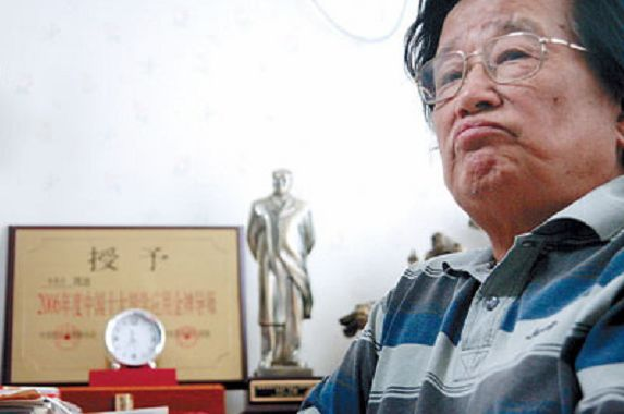 Qu Xiao photographed in his home in his later years. During a speaking tour in 1991, Qu Xiao was derided while on stage after he gave a speech extolling the Communist Party; from that day forth his career was finished. (blog.wanxia.com)