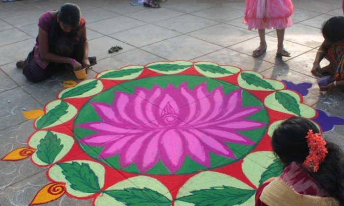 Women draw Kolam (Rangoli designs) in a competition at Promenade beach in Puducherry, India. (Venus Upadhayaya/Epochtimes Staff)