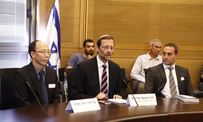 Falun Gong practitioner Lizhi He (L), Member of Knesset Moshe Feiglin (C), and Roy Bar-Ilan, Spokesman for the Israeli Falun Dafa Information Center, at the Israeli Knesset's Liberal Lobby on April 24. (Tikva Mahbad/The Epoch Times)