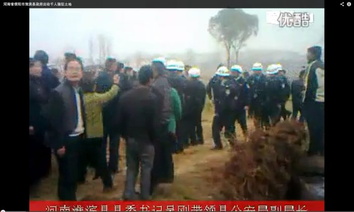 This video uploaded on Youtube shows the conflicts between the officials and villagers on March 29, 2013 in Huaibin County, Henan Province.
