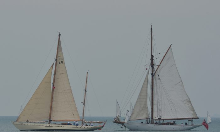 Rona leads Merrymaid past the starting buoy at the Aberdeen Boat Club Classic Yacht Rally May 4, 2013. (Bill Cox/The Epoch Times)