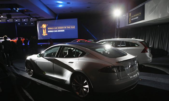 A Tesla Model S is displayed after winning the 2013 World Green Car of the Year award at the New York Auto Show on March 28, 2013 in New York City. It was chosen from an original entry list of 21 vehicles from all over the world. (Photo by John Moore/Getty Images)