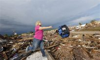 Residents Salvaging What They Can in Moore, Oklahoma (Video)