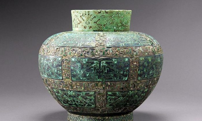 """Hu Vase for fermented drinks in Bronze inlaid with malachite and turquoise, 7.5""""height. Western Zhou dynasty, Warring Kingdoms period, 5th-4th century BC. (Copyright Vincent Girier Dufournier)"""