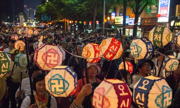 Lanterns bearing the Wan symbol, the symbol of the Buddha, are carried through the streets of Seoul in the Lotus Lantern Parade. (Jarrod Hall/The Epoch Times)