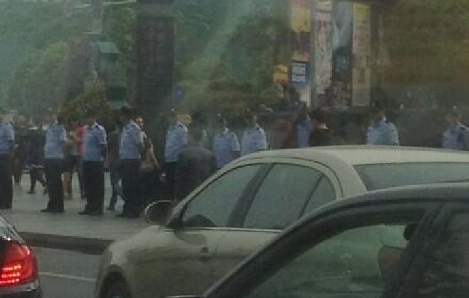 Police gather along the streets in Pengzhou on May 4, to head off potential protests over the construction of a new chemical plant. (Weibo.com)