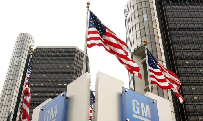U.S. flags wave in front of the General Motors (GM) world headquarters complex in Detroit, Mich., in this file photo. (Bill Pugliano/Getty Images)