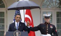 Obama Umbrella Marines: President Shielded From Rain by Marines (+Photos)