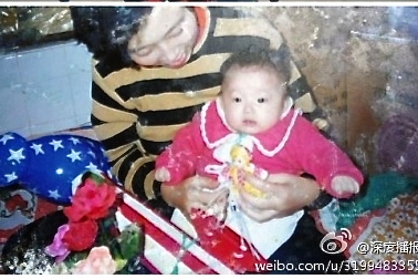 Tang Haixia with her daughter Chen Jiamin in 1989 shortly before birth control officials took away the baby on grounds that the child was born before the parents were legally married. (Screenshot from Internet)