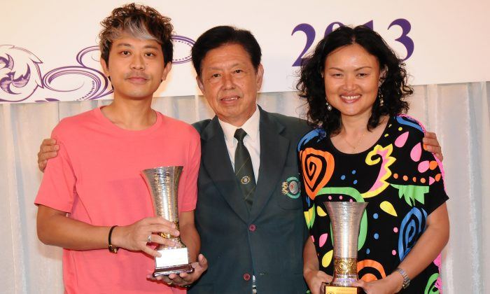 Vincent Cheung (middle), president of the Hong Kong Lawn Bowls Association, presents the respective men's and women's Bowler of the Year trophies to Wong Chun Yat (left) and Helen Cheung at the annual presentation dinner of the Association. (Stephanie Worth)