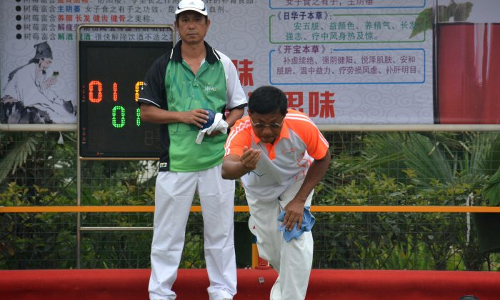Hong Kong International Li Ming Sum (front) led his Seabird Sports Club teammate to victory in the Final of the Henan Janda Lawn Bowls International Invitation Tournament. His team defeated Macao 7:5 to clinch the title. This was the first lawn bowls tournament played on an artificial green in mainland China. (Stephanie Worth)