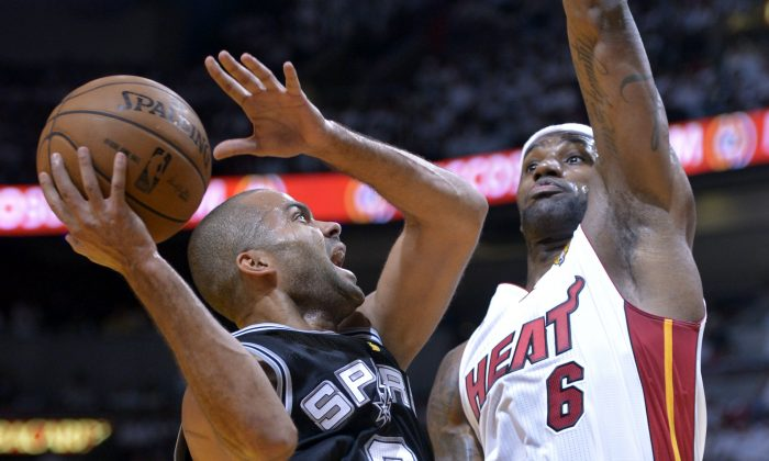 Tony Parker (L) of the San Antonio Spurs goes to the basket against LeBron James (R) of the Miami Heat in the first half during Game 1 of the NBA Finals on June 6, 2013 at American Airlines Arena in Miami, Florida. (AFP PHOTO / Brendan SMIALOWSKI)