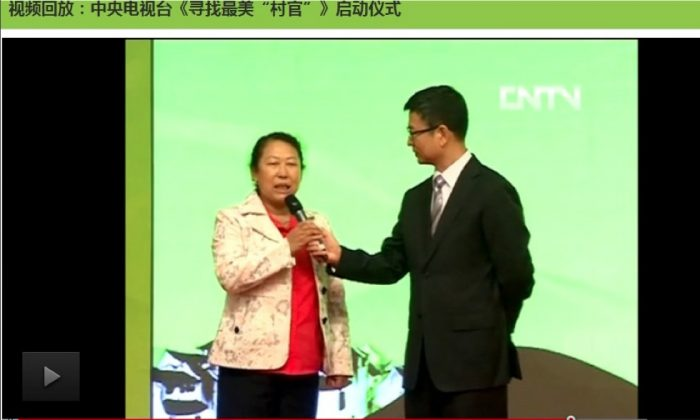 """A screengrab of """"Search for the Most Beautiful Village Cadre"""" which premiered on June 13. Wang Guilan (left) from Liaoning province, a village cadre lauded for her work with orphans, grabs the mic to explain to the M.C. (right) that in her heart of hearts, the most beautiful cadre should improve villagers' environment and living conditions. (Screenshot via The Epoch Times)"""