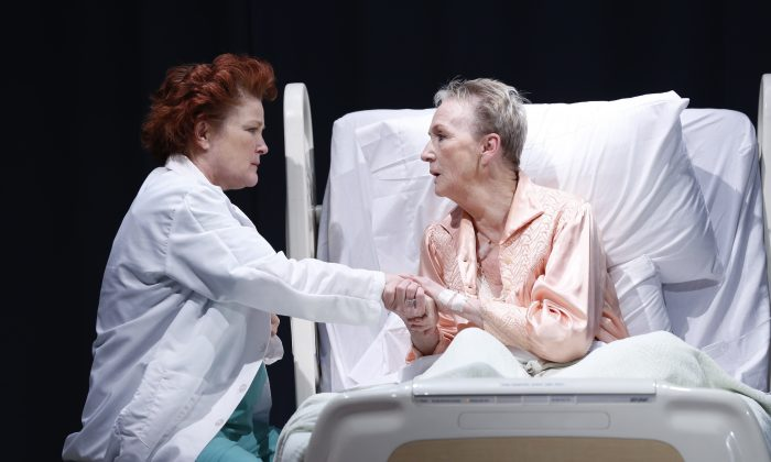 (L–R) Rosemary (Kate Mulgrew) sees her old friend Evelyn (Kathleen Chalfant) at the hospital, suffering from terminal cancer. (Carol Rosegg)