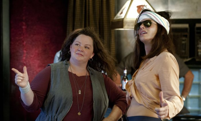 """Uptight FBI Special Agent Sarah Ashburn (R, Sandra Bullock) is paired with testy Boston cop Shannon Mullins (L, Melissa McCarthy) in order to take down a ruthless drug lord in the action-comedy """"The Heat.""""  (Gemma La Mana/ Twentieth Century Fox Film Corporation)"""