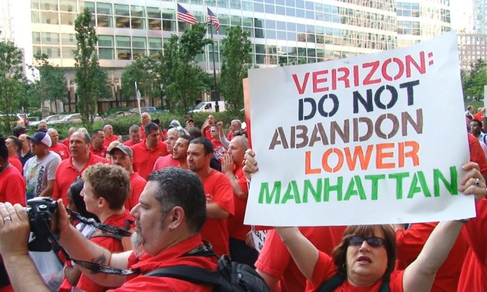 Union protesters call on Verizon to keep jobs in Lower Manhattan. Verizon plans to relocate 1,100 employees to Brooklyn, and rent out part of its Manhattan building for high-end condos. (Steven Wang/NTD Television)