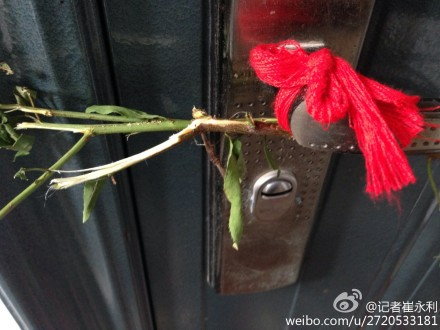 A red cloth is tied to a neighbor's door handle in hopes of warding off evil. Netizens were outraged by the failure of the neighbors to call the police on the neglected toddler girls in Nanjing, Jiangsu Province.