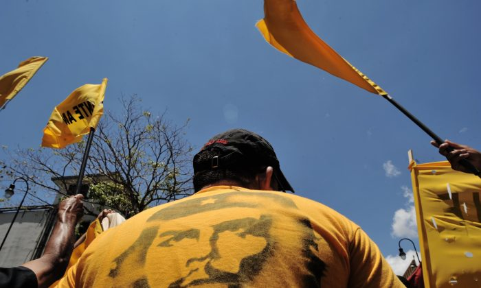 """A man wearing a T-shirt with the portrait of Ernesto """"Che"""" Guevara in San Jose on May 1, 2011.     (RODRIGO ARANGUA/AFP/Getty Images)"""
