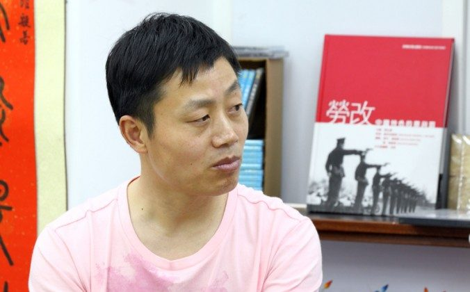 """Du Bin on April 27 at a book store in Hong Kong, for the first public screening of his documentary """"Women Above Ghosts' Heads."""" Du was recently released and escorted home by police. (Pan Zaishu/The Epoch Times)"""