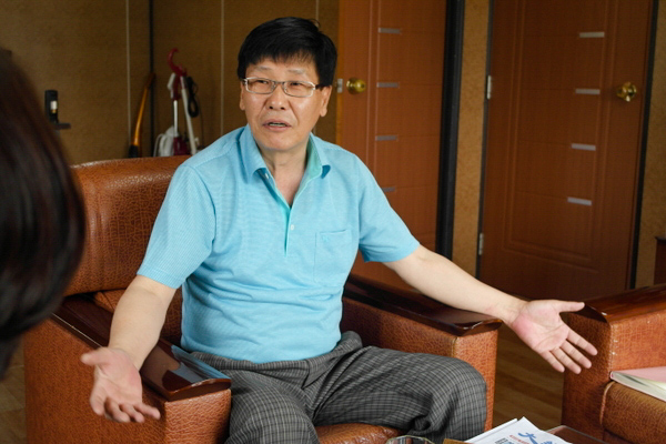 Kim Kwang-nam, who lost US$6.8 million attempting to build businesses in China, gestures as he tells his story. (Epoch Times)
