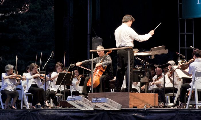 New York Philharmonic principal cellist Carter Brey performs Dvorak's Cello Concerto in Central park, with Alan Gilbert conducting the New York Philharmonic on July 15. (Samira Bouaou/Epoch Times Staff)