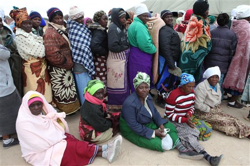 Zimbabweans wait to cast their vote in  Presidential and parliamentary elections in the Southern African Nation in Harare, Wednesday, July, 31, 2013. (AP Photo/Tsvangirayi Mukwazhi)