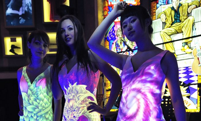 Tang Dongbai's UV painted dresses. (Epoch Times)