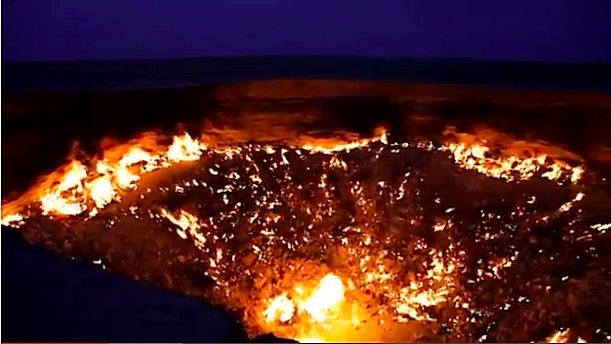 """Toxic gas crater in Derweze, Turkmenistan, known as """"The Gate to Hell"""" (YouTube, screenshot/Epoch Times)"""