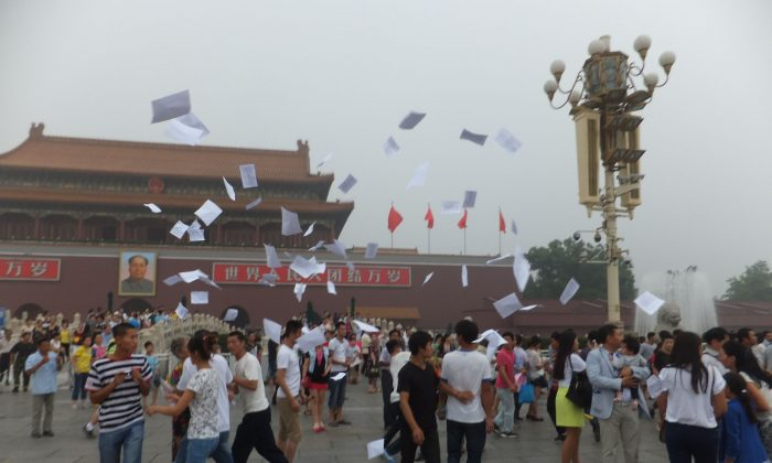 The Reddit user wrote as a caption: Snapping pics of The Gate of Heavenly Peace when suddenly about two dozen people simultaneously started shouting and throwing flyers in the air. I couldn't believe my eyes: was this what I thought it was? (Tiananmenthrowaway)