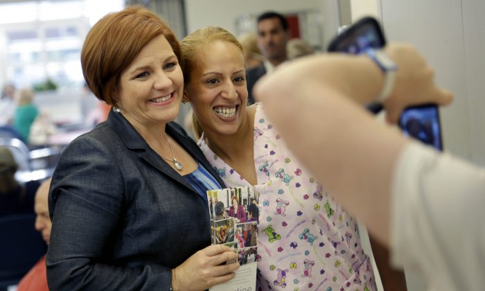 Sandra Reyes, right, has her picture taken with mayoral hopeful Christine Quinn in New York, Tuesday, July 30, 2013. (AP Photo/Seth Wenig)