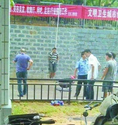 A thief who was caught red-handed on Aug. 23 in Wuhan was tied to the wall in public view of the community, a version of the ancient punishment of pillorying someone. (Courtesy of a netizen named Mr. Luo.)