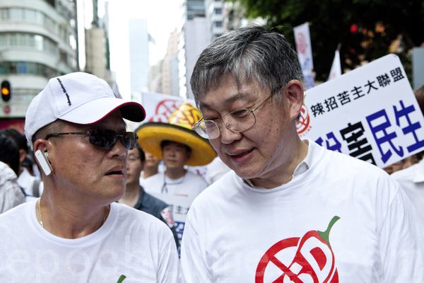"""Founder of Hong Kong Centaline Property, Shih Wing-ching participated in the protest against """"the higher property transfer tax policy"""" introduced to take heat out of the property market which has lead to a 60 percent drop in housing transactions, leading to a depressed market similar to that of 2003 SARS period. (Yu Gong/Epoch Times)"""