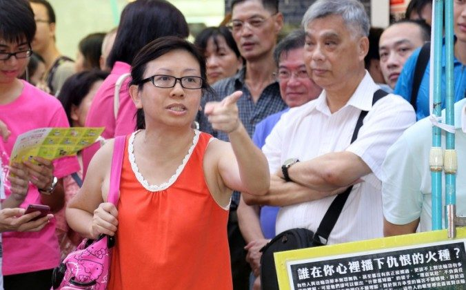 Lam Wai-sze scolds the Hong Kong police on the street in the Mong Kok shopping district on July 14, 2013. On Aug. 21 Lam's school board gave her a verbal warning in connection with her actions on July 14. (Pan Zai Shu/Epoch Times)
