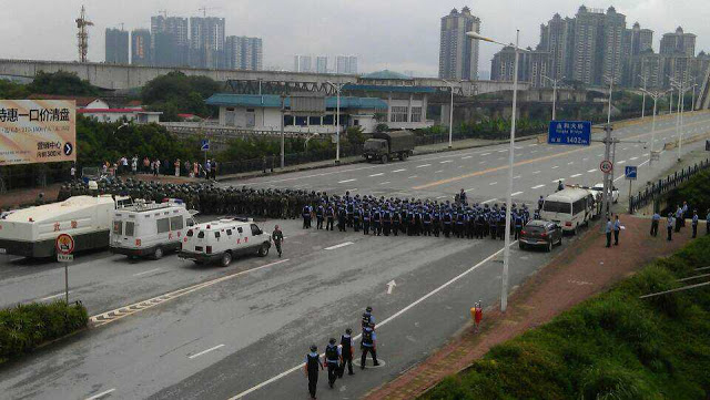 Thousands of armed policemen, armored vehicles and helicopters are pictured deployed for what authorities claimed was a flood evacuation exercise, on July 27, 2013 in Guangzi Zhuang Autonomous Region. (Internet photo)