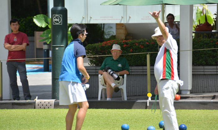 Six! ... Tai Po's Chan Wah indicates to his skip that they have won six shots at the critical 8th end. The win allowed TPLBC to move in front of their opponent from Indian Recreation Club and set the tune for their victory in the National Triples. (Stephanie Worth)