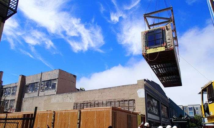 A micro-unit module, built offsite, being lowered into construction for 38 Harriet. (Panoramic Interests)