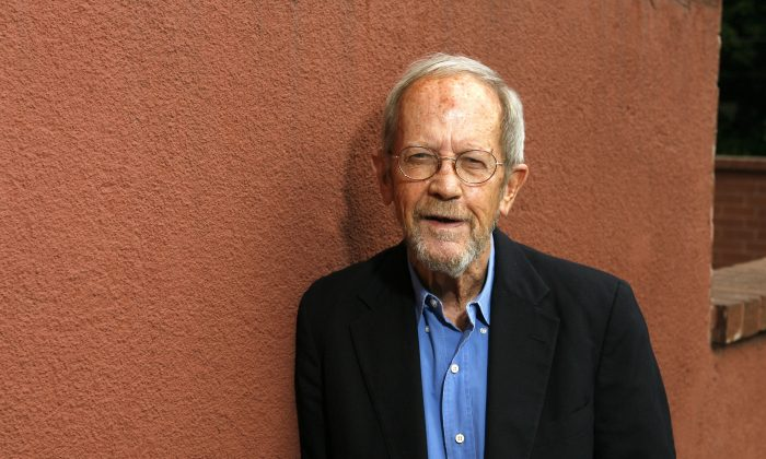 """Author Elmore Leonard poses during a portrait session prior to a reading and signing of his latest novel """"Up In Honey's Room"""" on May 24, 2007 at Book Soup in Los Angeles, California. (Photo by Vince Bucci/Getty Images)"""