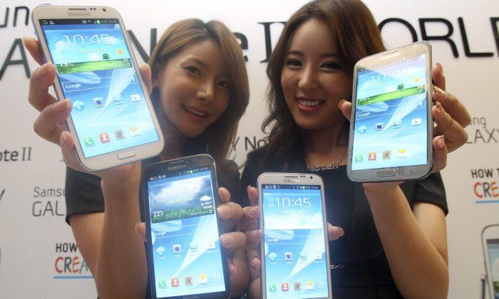 Models hold Samsung Electronics' Galaxy Note 2 smartphones. (AP Photo/Ahn Young-joon)