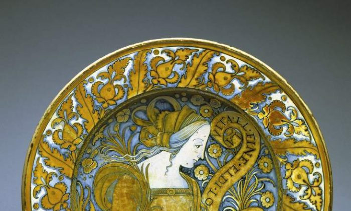 Deruta Bella donna plate, tin glazed Earthenware, Umbria, Italy c. 1500-1530. 30.5 cm in diameter. (The Fitzwilliam Museum, Cambridge)