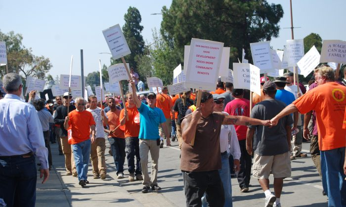 """Over 350 people rally in support of """"wage equality"""" in front of BRE's 264-unit apartment building site in Redwood City, Calif., July 30, 2013. (Catherine Yang/Epoch Times)"""