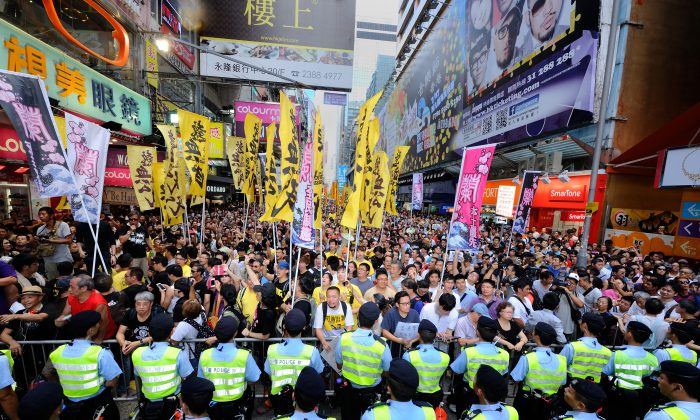 On Aug. 4, approximately 3,000 people from at least five different organizations rallied at Mong Kok Street to support Lam Wai Sze, a schoolteacher attacked for supporting Falun Gong practitioners by groups linked to the Chinese Communist Party. (Sung Pi-Lung/Epoch Times)