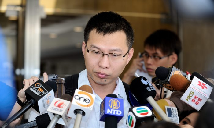 Journalist Li Jianjun meets the media on Aug. 5, 2013 to talk about the charges he has made that the chair of China Resources, Song Lin, is involved in corruption. (Song Xianglong/Epoch Times)