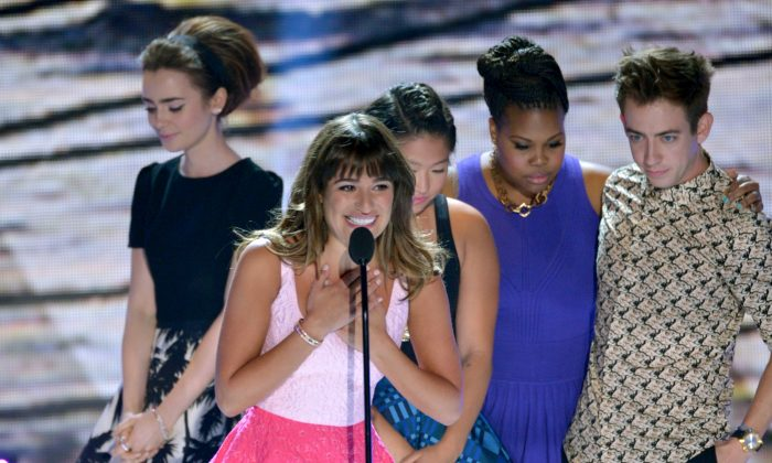 "Actress Lea Michele (C) from ""Glee""speaks on stage as she accepts an award at the Teen Choice Awards at the Gibson Amphitheater on Sunday, Aug. 11, 2013, in Los Angeles. Pictured in background are fellow cast members, (R-L) Kevin McHale, Amber Riley, Jenna Ushkowitz and presenter Lily Collins. (John Shearer/Invision/AP)"